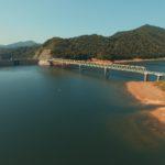 【岩尾内ダム周辺】岩尾内湖にかつての町の姿が現れる秋。似狭地区跡を空から見てみよう。