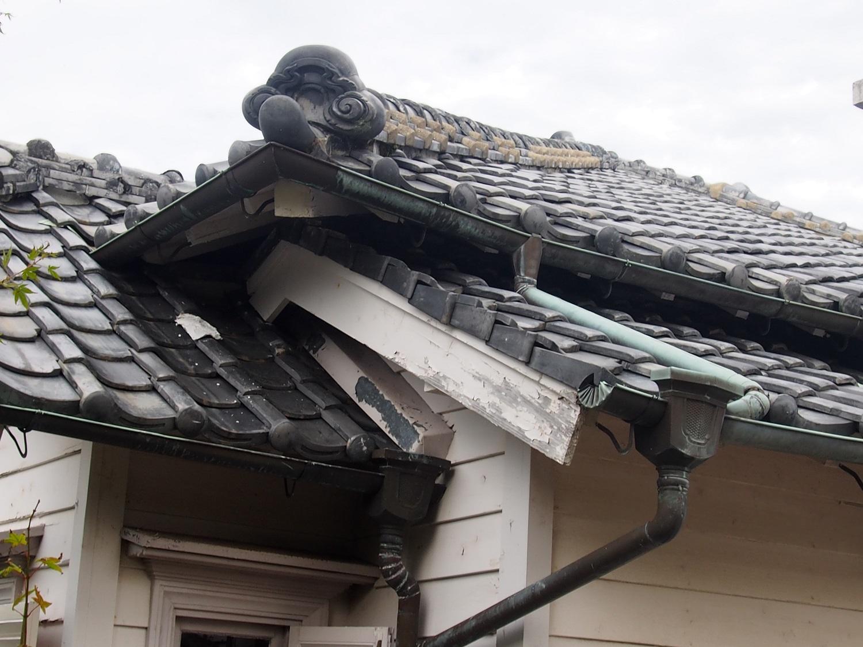 屋根瓦と雨どい